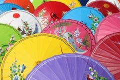五颜六色伞背景&纹理 免版税库存照片