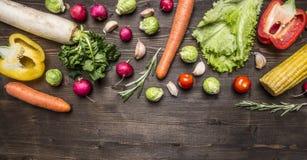五颜六色各种各样烹调的素食食物有机农厂菜成份在木土气背景顶视图边界, w 库存图片