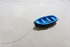 五颜六色和孤零零渔船 免版税库存照片