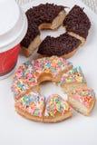 五颜六色和巧克力多福饼用在垂直的咖啡 免版税图库摄影