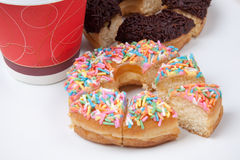五颜六色和巧克力多福饼用在垂直的咖啡 图库摄影
