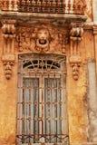 五颜六色和庄严老房子门面在卡拉瓦卡德拉克鲁斯,穆尔西亚,西班牙 免版税库存图片