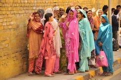 五颜六色和愉快的妇女、印度和巴基斯坦 图库摄影