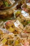五颜六色和甜阿拉伯糖果在销售中的塑料包装了在菲斯,摩洛哥souk  库存照片