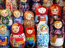 五颜六色和逗人喜爱的matrioshka 免版税库存照片