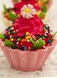 五颜六色和雅致的杯形蛋糕 库存照片
