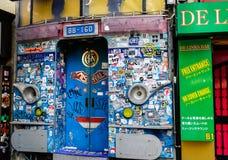 五颜六色和滑稽的餐馆在东京,日本 免版税库存照片