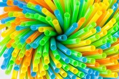 五颜六色喝的塑料秸杆 免版税库存图片