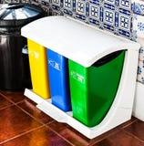 五颜六色回收在厨房的罐头, 库存图片