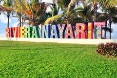 五颜六色在一个公开海滩的被绘的里维埃拉纳亚里特州标志在墨西哥 翻译:海岸线纳亚里特州 库存照片