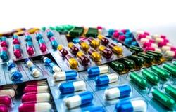 五颜六色在与拷贝空间的白色背景隔绝的天线罩包装的抗药性胶囊药片 抗菌药 免版税库存图片