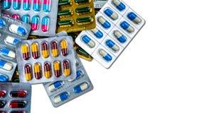 五颜六色在与空间的白色背景隔绝的天线罩包装的抗药性胶囊药片 传染疾病的医学 图库摄影