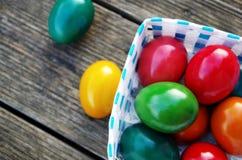 五颜六色在木背景的复活节彩蛋 免版税图库摄影