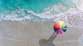 五颜六色在海滩的伞 免版税图库摄影