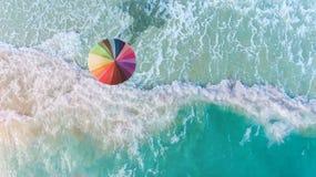 五颜六色在海滩的伞 免版税库存图片