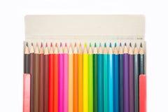 五颜六色在纸箱的蜡笔木头 免版税库存图片