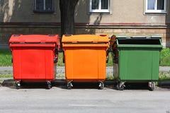 五颜六色在街道上的回收站 图库摄影