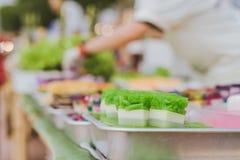 五颜六色在铝盘子的泰国果冻在街道食物的待售 图库摄影