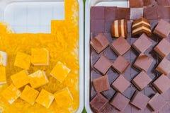 五颜六色在铝盘子的泰国果冻在街道食物的待售 免版税库存照片