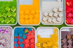 五颜六色在铝盘子的泰国果冻在街道食物的待售 免版税库存图片