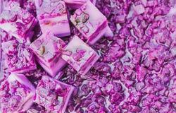 五颜六色在铝盘子的泰国果冻在街道食物的待售 库存图片