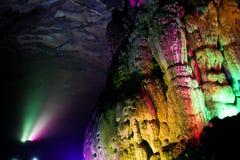 五颜六色在洞的被点燃的石形成在桂林 免版税库存图片