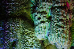 五颜六色在洞的被点燃的石形成在桂林 库存照片