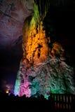 五颜六色在洞的被点燃的石形成在桂林 免版税库存照片