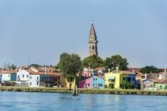 五颜六色在Burano海岛、意大利和圣马蒂诺教会的塔上的被绘的房子  免版税库存照片