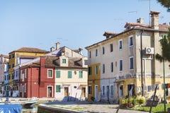 五颜六色在Burano海岛,意大利上的被绘的房子 免版税图库摄影