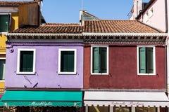 五颜六色在Burano海岛,意大利上的被绘的房子 免版税库存照片