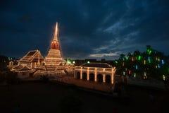 五颜六色在Phra Samut Chedi塔微明在泰国 免版税图库摄影