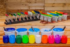 五颜六色塑料溶胶墨水玻璃无危险能在屏幕印刷品T恤杉的松林桌上 图库摄影