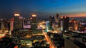 五颜六色夜城市地平线在微明, 库存照片