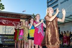 五颜六色屠妖节的加工好的女性舞蹈家线,印度灯节 免版税图库摄影