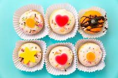 五颜六色微型多福饼蛋糕点心 免版税库存照片