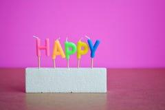 五颜六色愉快的文本的蜡烛在泡沫 免版税库存图片