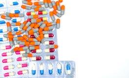 五颜六色抗生素压缩在与裁减路线的白色背景隔绝的药片 库存照片