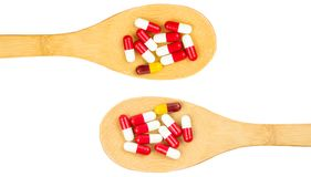 五颜六色抗生素压缩在木匙子的药片 库存图片