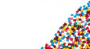五颜六色抗生素压缩在白色隔绝的药片 免版税库存图片