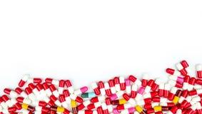 五颜六色抗生素压缩在白色隔绝的药片 免版税库存照片