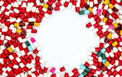 五颜六色抗生素压缩在白色隔绝的药片 库存图片