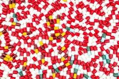 五颜六色抗生素压缩在白色backgrou隔绝的药片 库存照片