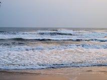 五颜六色放松幽静干净的热带白色沙子海滩海场面 免版税库存图片