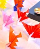 五颜六色日本传统起重机的彩虹 免版税库存图片