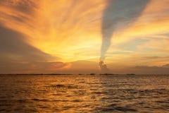 五颜六色日落的场面 免版税库存照片