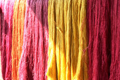 五颜六色未加工的丝绸螺纹 库存照片