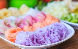 五颜六色泰国细面条吃与咖喱选择聚焦 免版税图库摄影