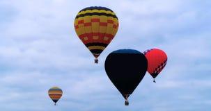 五颜六色热空气baloons飞行 免版税图库摄影
