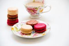 五颜六色甜点法国点心的蛋白杏仁饼干 免版税库存照片